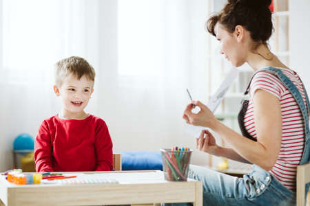 In therapy, kid is learning skills that don't come naturally because of ADHD, like listening and paying attention better 免版税图像