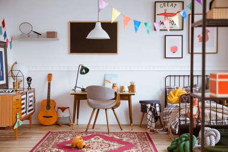 Colorata camera da letto genderless con letto singolo e mobili retrò