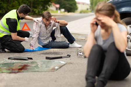 Winny kierowca rozmawia przez telefon po wypadku samochodowym