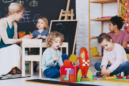 Multikulturelle Gruppe von Kindern, die nach dem Unterricht zusammen spielen