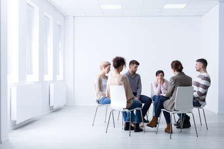Psicóloga durante la reunión con un grupo de apoyo para adictos al trabajo, foto con espacio de copia Foto de archivo