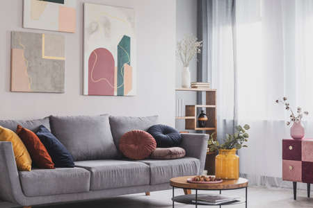 Coffee table in front of grey couch in scandinavian living room Stockfoto