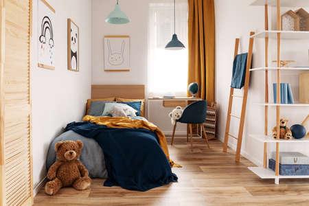 Interior de dormitorio y área de trabajo multifuncional con cama y escritorio