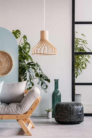 Mobili in legno e accenti di vimini in interni blu, verdi e bianchi alla moda Archivio Fotografico