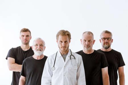 Junger Arzt und seine männlichen Patienten in verschiedenen Altersstufen Standard-Bild