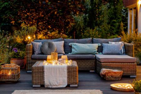 Gemütlicher Herbstabend auf einer modern gestalteten Terrasse