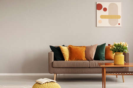 Retro style in beautiful living room interior with grey empty wall Stockfoto