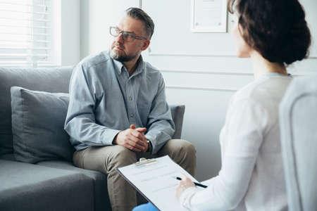 Psicoterapeuta que trabaja con un hombre adulto en la oficina
