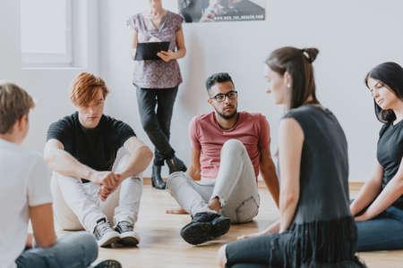 Studenten in Theaterworkshops sitzen im Kreis