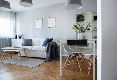 Interni alla moda di soggiorno e sala da pranzo in un moderno appartamento a pianta aperta in città Archivio Fotografico