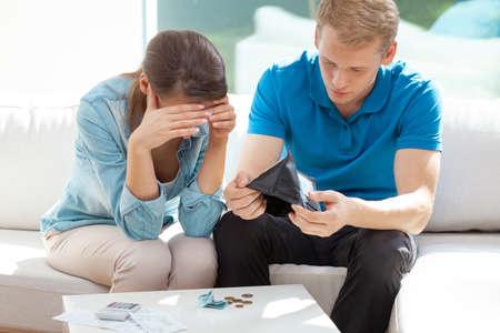 Pas getrouwd stel zit thuis en kijkt naar hun financiële problemen Stockfoto