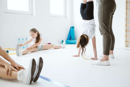 Kids exercising during physical education at school gym Zdjęcie Seryjne