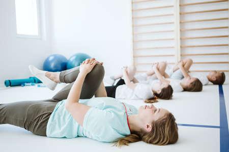Teenage kids exercising during sport class at school gym Zdjęcie Seryjne