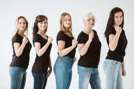 Gruppe von Frauen unterschiedlichen Alters, die schwarze T-Shirts tragen