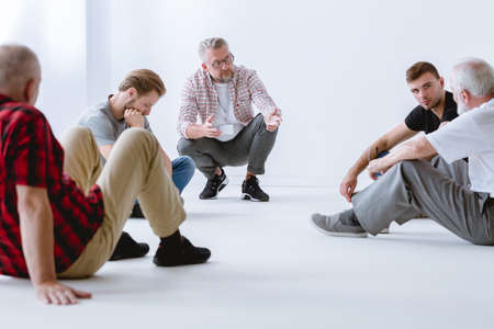 Therapy with its emphasis on vulnerable face-to-face sharing, presents challenges for men Standard-Bild