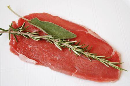 cruda: Carne cruda con sopra ramerino e salvia