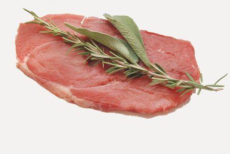 cruda: Fettina di carne cruda con  salvia e ramerino