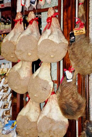 jamones: jamones, carne de cerdo y jabal� colgado en la tienda en Toscana Italia