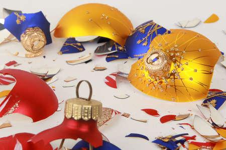 een stel gebroken kerstmis speelgoed geïsoleerd op wit Stockfoto