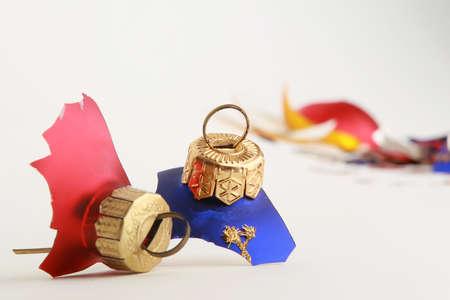 een bos van gebroken christmas speelgoed op wit wordt geïsoleerd