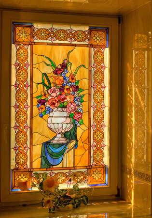 een raam versierd met tiffany glas Stockfoto