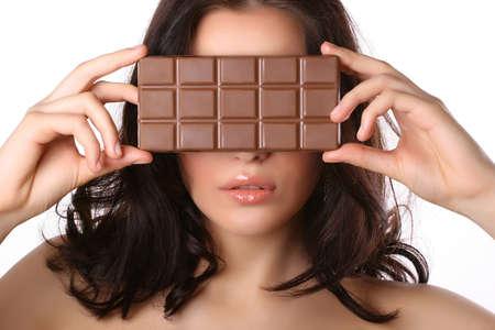 Attraktive Frau deckt ihr Gesicht mit Schokolade isoliert auf weißem Standard-Bild - 4541939