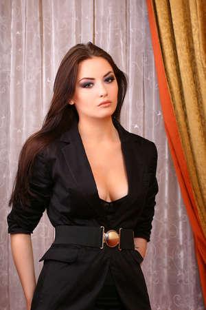 businesswoman suit: atractiva joven mujer de pie en la sala llevaba traje Foto de archivo