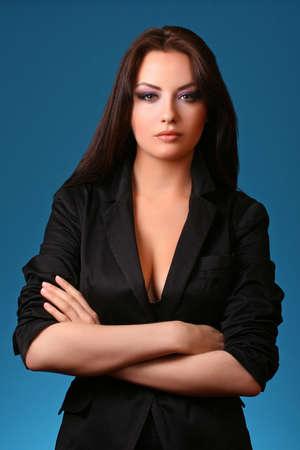 vrouw in pak geïsoleerd op een blauwe achtergrond
