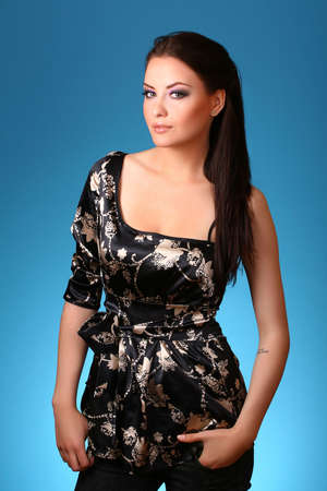 jonge vrouw op blauwe achtergrond