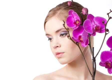 aantrekkelijke jonge volwassenen met mooie bloem op wit