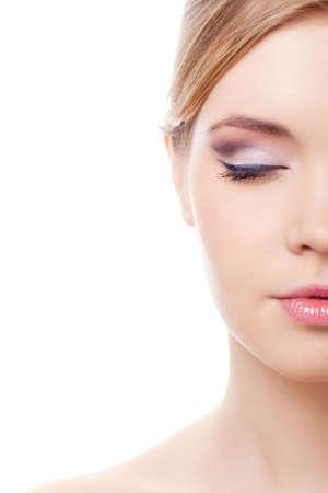ojos cerrados: la mitad de la cara de cauc�sicos femenina aislado sobre fondo blanco