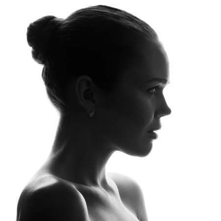 perfil de mujer rostro: Perfil de adulto joven atractiva, aislado en fondo blanco