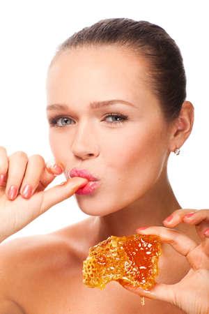 aantrekkelijke jonge volwassene holding honing raat geïsoleerd op wit