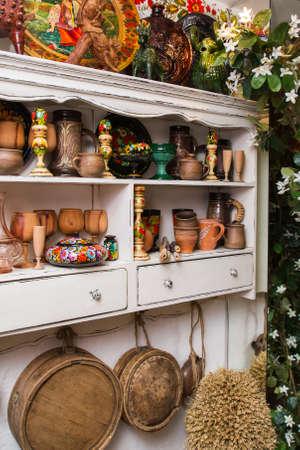 aparador: aparador branco com objetos tradicionais artesanais