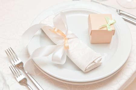 Hochzeitstisch Termine Nahaufnahme mit Geschenk-Box. gedeckten Tisch Standard-Bild - 36553452