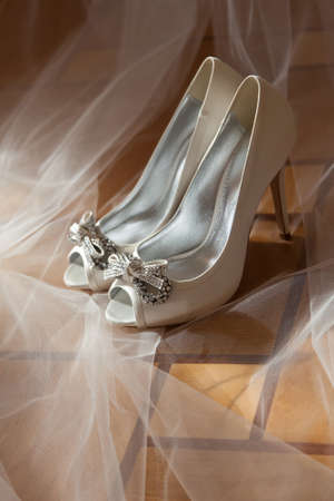bride white open toe shoes decorated with bow and strass