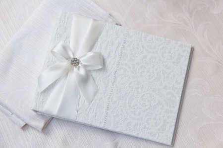 Weiße Hochzeitswunschbuch mit Bogen und Spitze verziert Standard-Bild - 37456461