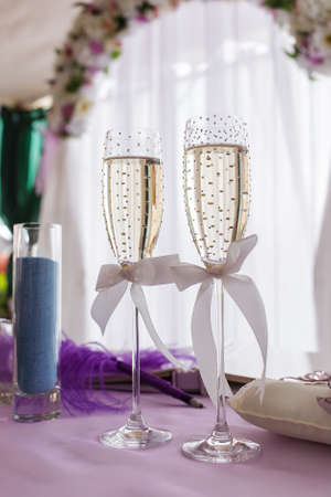 strass: wedding glasses of champagne decorated with strass and ribbon bows Stock Photo