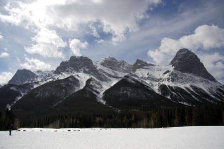 캔 모어, 앨버타, 캐나다에서 견고한 눈이 덮여 산 스톡 콘텐츠