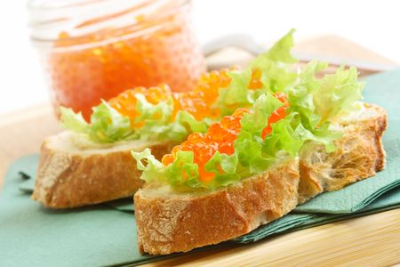 Sandwichs avec caviar rouge et vert salat