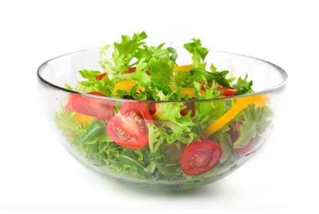 Salade verte avec des tomates et le paprika dans un bol en verre