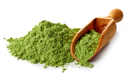 cebada: cebada joven o de hierba de trigo con la pala de madera, súper desintoxicación, el fondo blanco