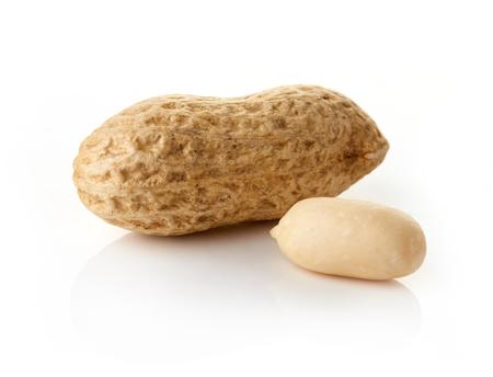cacahuate: cacahuetes secos y procesados ??aislados en fondo blanco, aislado Foto de archivo