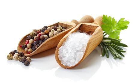 Salz, Pfeffer in Holzschaufeln, rosmarinus und Koriander auf weißem Hintergrund