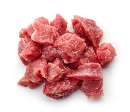 Hoop van ruw gesneden rundvleesvlees dat op witte achtergrond, hoogste mening wordt geïsoleerd