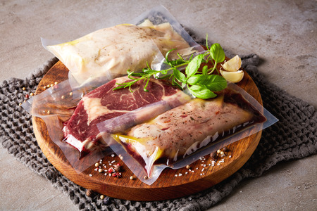 Eendenborst, kip en biefstuk vacuüm verzegeld klaar voor sous vide koken op keukentafel