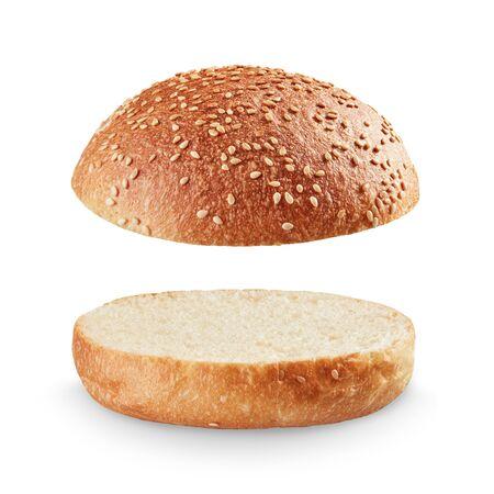 Pain burger ouvert et vide isolé sur fond blanc ; pleine profondeur de champ