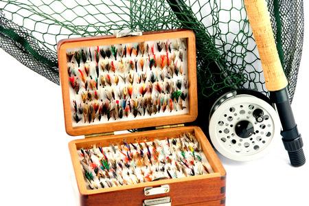 mosca: Un equipo de la pesca con mosca de la barra carrete red de aterrizaje y moscas en caja de la mosca de madera sobre un fondo blanco Foto de archivo