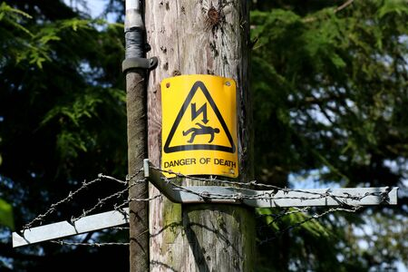 Danger of Death sign on a timber electricity pylon Stockfoto