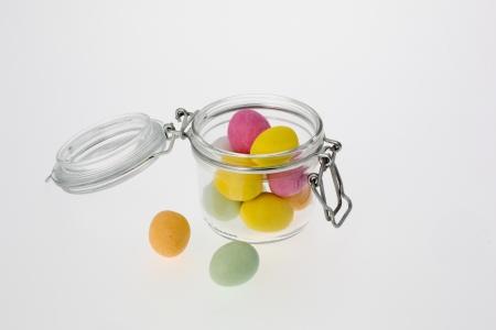 oeufs en chocolat: Ouvrir bocal en verre avec onze oeufs color�s de chocolat